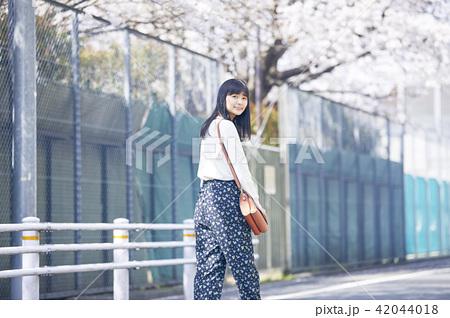 女性 春の散歩 42044018