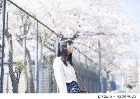 女性 春の散歩 42044025
