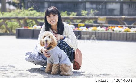 女性 犬の散歩 42044032