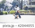 女性 散歩 公園の写真 42044055