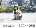 女性 散歩 公園の写真 42044056