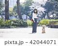 女性 散歩 公園の写真 42044071