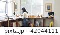 本屋にいる女性 42044111