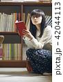 女性 買い物 読むの写真 42044113