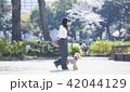 女性 散歩 公園の写真 42044129