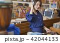 女性 買い物 レコードの写真 42044133