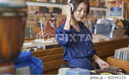 レコード屋 女性 ポートレート 42044133