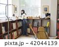 女性 買い物 本屋の写真 42044139