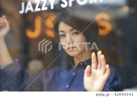 レコード屋 女性 ポートレート 42044141