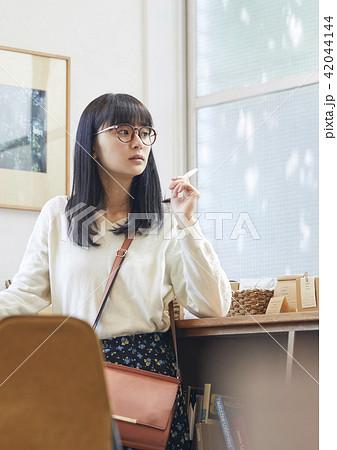 本屋にいる女性 42044144