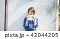 女性 屋外 散歩の写真 42044205
