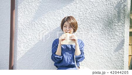 食べ歩きをする女性 42044205