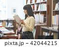 女性 本 読むの写真 42044215