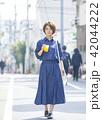 女性 散歩 食べ歩きの写真 42044222