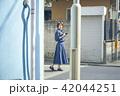 女性 散歩 街歩きの写真 42044251