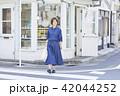 女性 屋外 散歩の写真 42044252