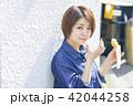 女性 食べ歩き 食べるの写真 42044258