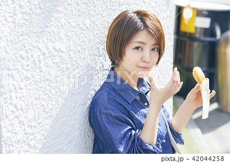 食べ歩きをする女性 42044258