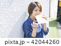 女性 屋外 食べ歩きの写真 42044260