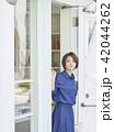 女性 休日 買い物の写真 42044262