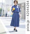 女性 散歩 食べ歩きの写真 42044264