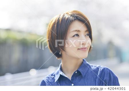散歩する女性 42044301