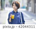 女性 散歩 食べ歩きの写真 42044311