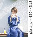 女性 屋外 食べ歩きの写真 42044318