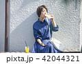 女性 食べ歩き 食べるの写真 42044321