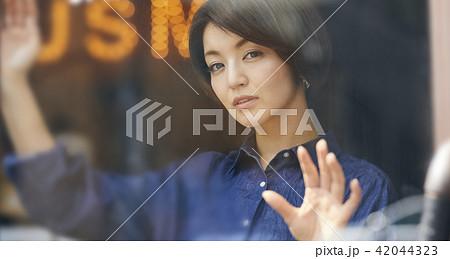 レコード屋 女性 ポートレート 42044323