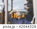 女性 ショップ 窓ガラスの写真 42044328