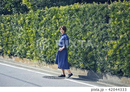 散歩する女性 42044333
