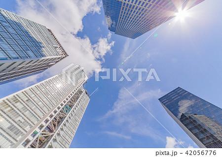 青空の中の高層ビル群 42056776