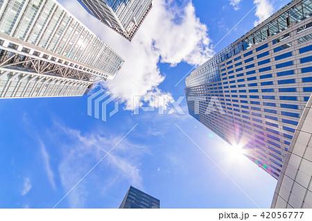 青空の中の高層ビル群 42056777
