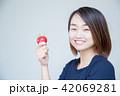 トマト 女性 人物の写真 42069281