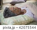 和室で寝ているシニア男性 42075544