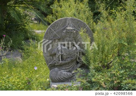 青蓮寺の愛染明王石像(鎌倉市手広) 42098566