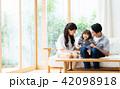家族 ソファ 座るの写真 42098918