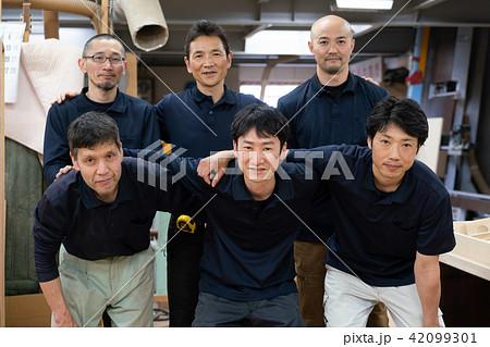 工場 職人 求人 人材 従業員 大人数 集合写真 42099301