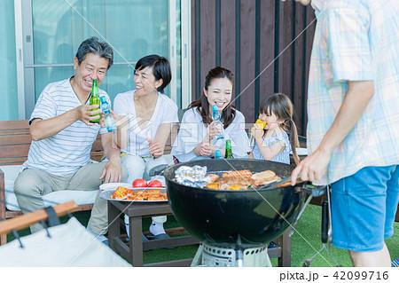 三世代家族、食事、バーベキュー、夏 42099716