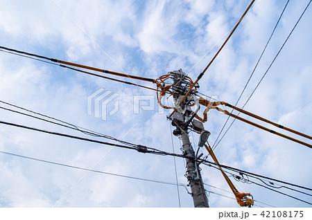 電線防護カバーのある電柱 42108175
