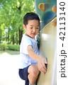 遊具で遊ぶ子供 42113140