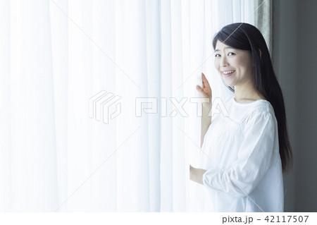 窓際の女性 42117507
