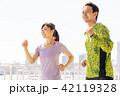 ジョギングをする男女 42119328