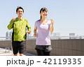 ジョギングをする男女 42119335