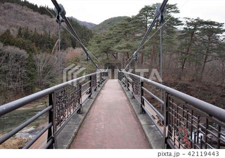日本のナイアガラの滝と呼ばれる群馬県の吹割の滝の吊り橋を散歩する 42119443