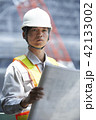 男性 建設作業員 設計図の写真 42133002
