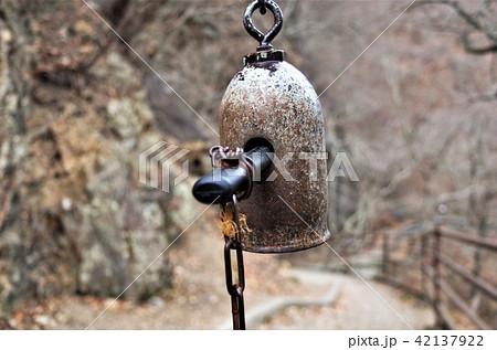 群馬県の吹割の滝の山道の熊よけ鈴、獣を避けるためのレトロでアンティークなベル 42137922