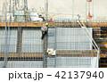 高層ビル・建設現場イメージ・SRC造・鉄筋を施工する作業員 42137940