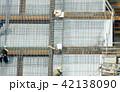 高層ビル・建設現場イメージ・SRC造・鉄筋を施工する作業員 42138090